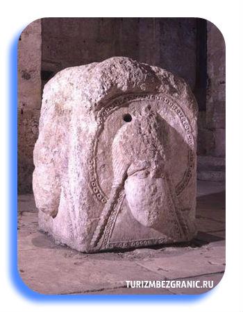 Вырезанные из камня женскме лики