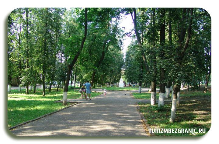 Бюст Гоголя спрятаный в дали тенистой аллеи Никитинского бульвара