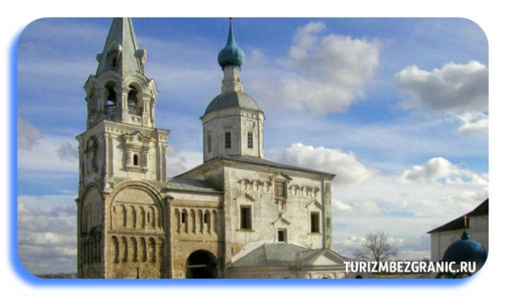 Лестничная башня с галереей 12 столетия и Рождественская церковь