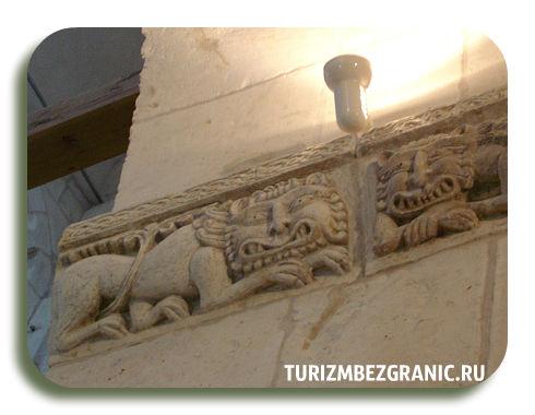 Древнесловянские коты и современное освещение Дмитриевского собора