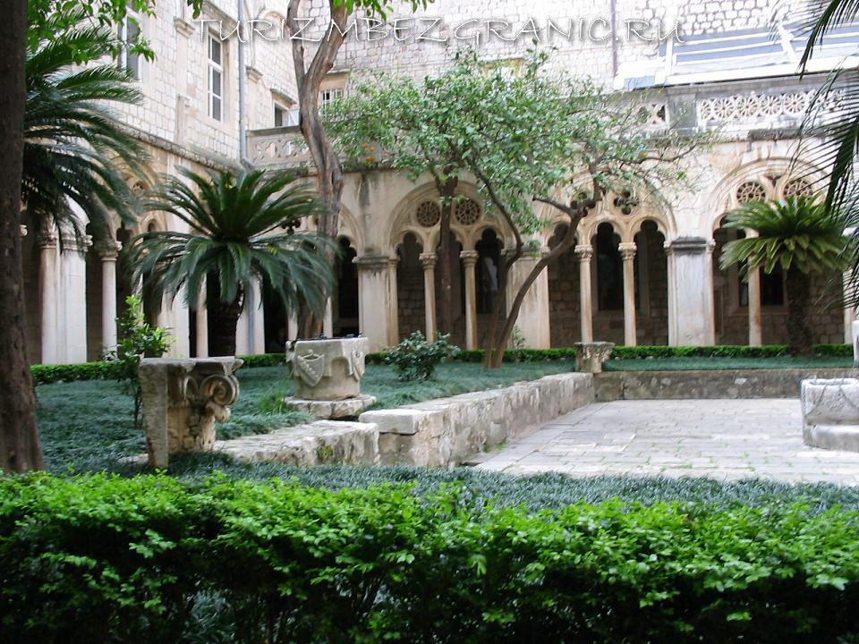 Внутренний двор Доминиканского монастыря в Дубровнике