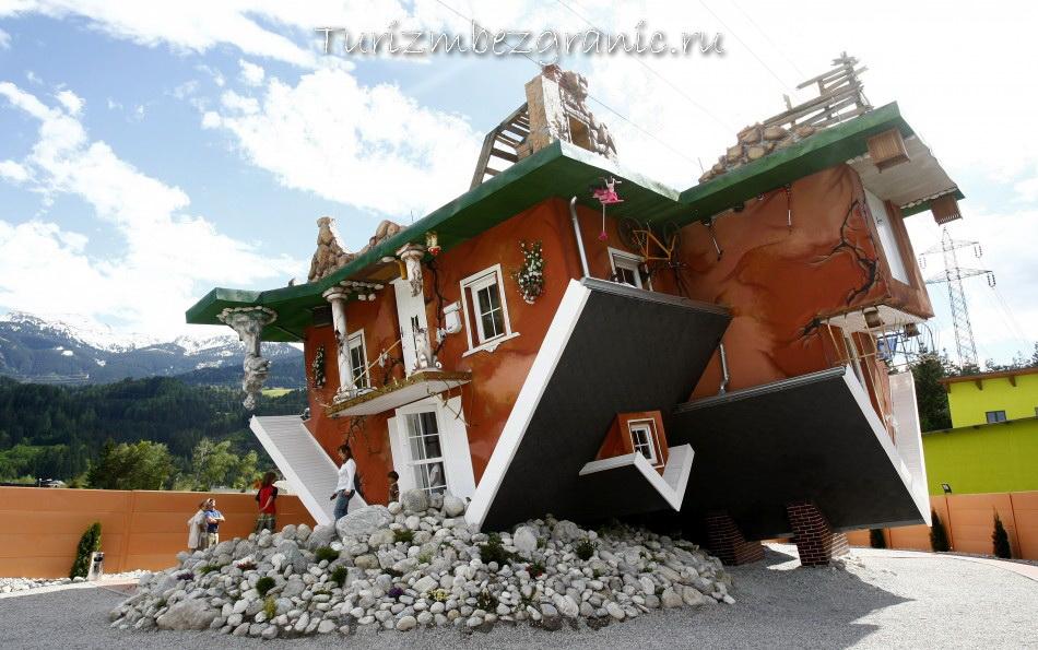 Инсбрук. Перевёрнутый Дом построенный архитекторами Иреком Гловацки и Мареком Рожхански