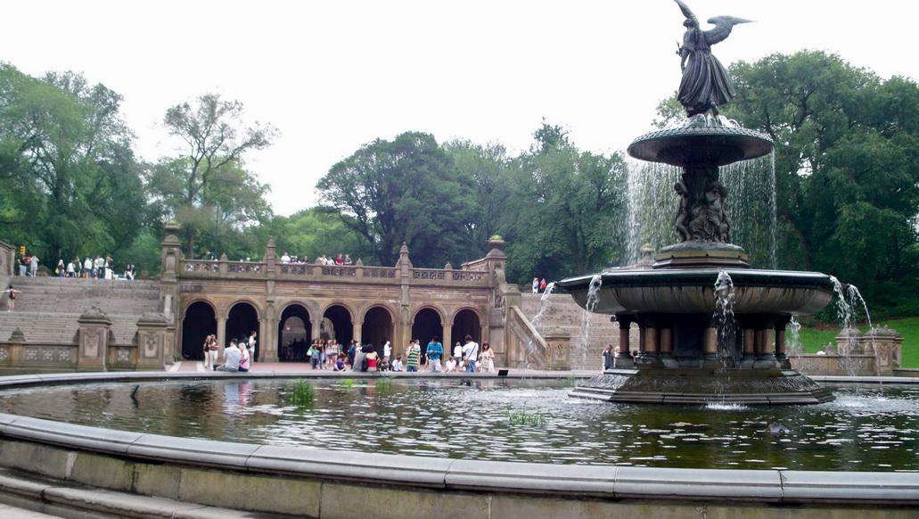 Ангел воды на фонтане bethesda