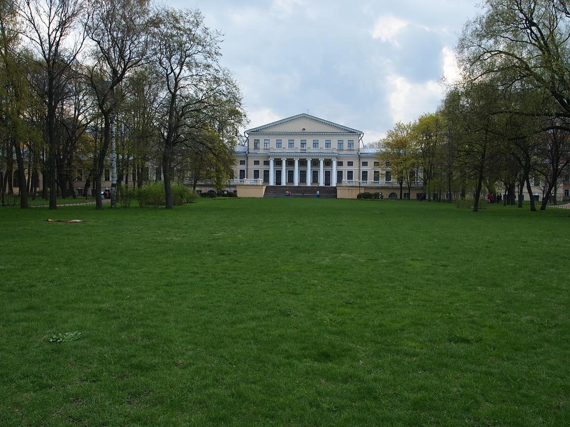 Лужайка перед Юсуповским Дворцом