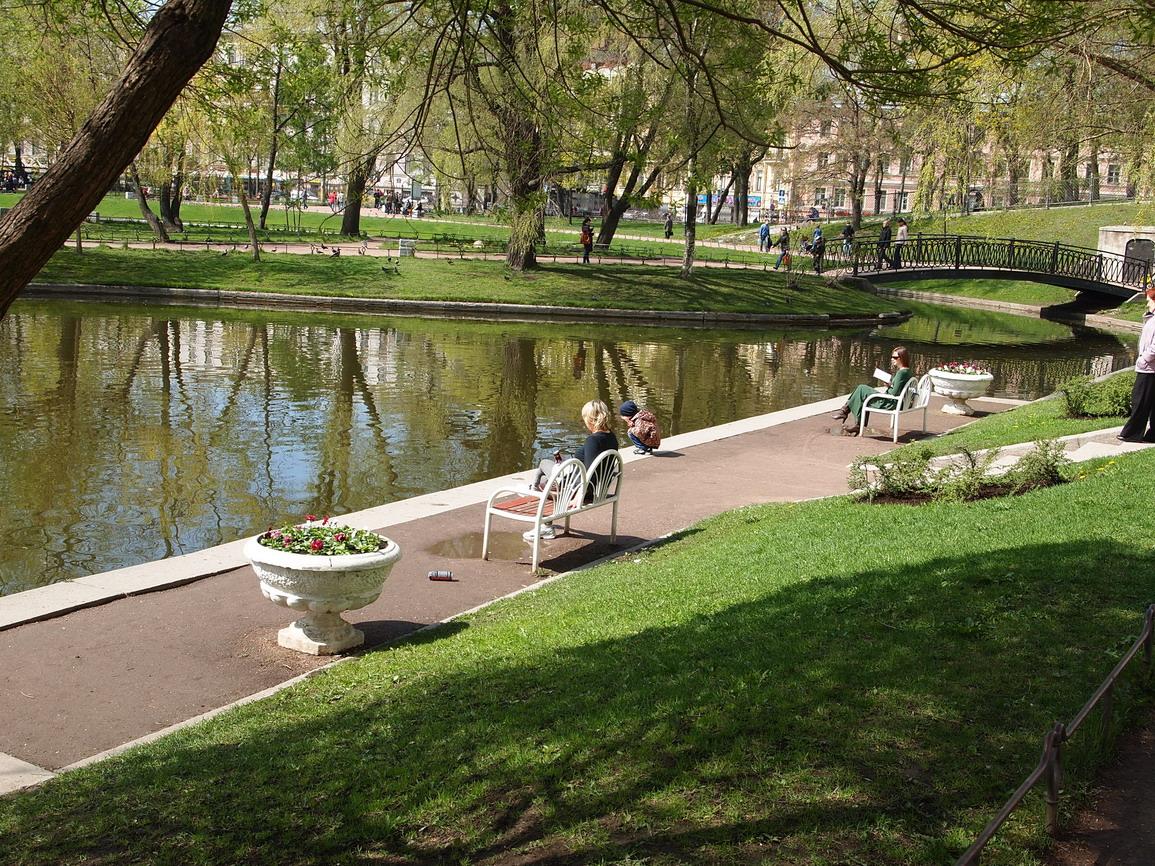 Скамейки перед прудом