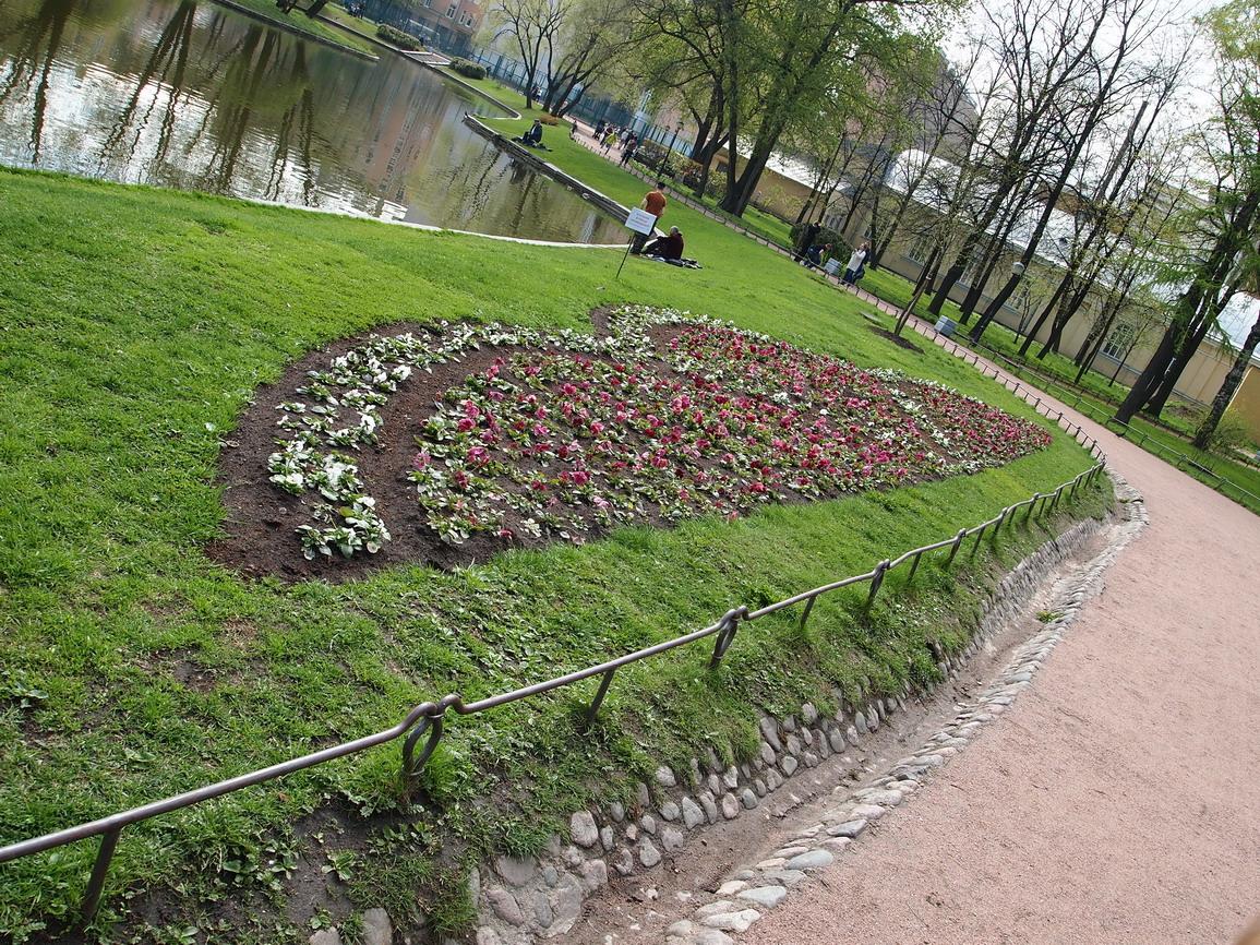 Каждую весну клумбы в саду засаживают красивейшими цветами