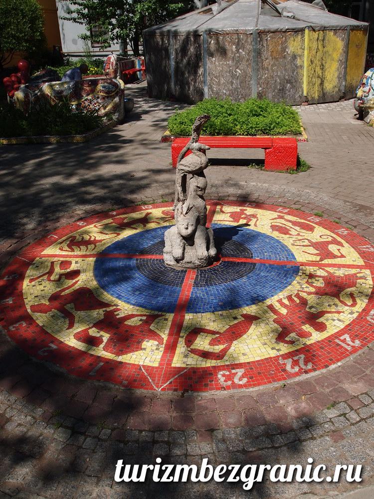 Солнечные часы в мозаичном дворике